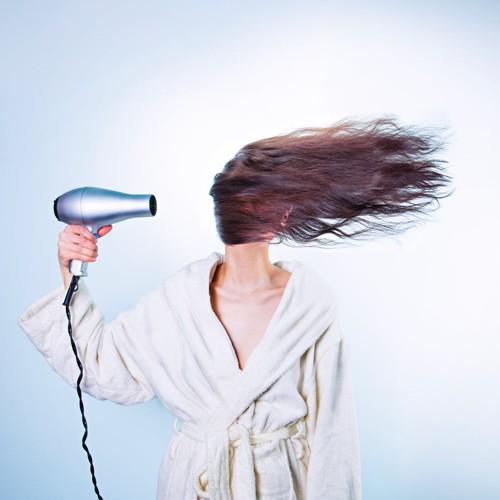 """فرد الشعر بدون سشوار.. """"الطاقية"""" هي الحل"""