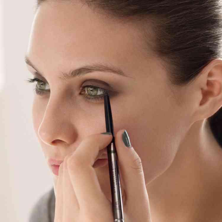 أفضل كحل للعين استخدامه سلس ويمنح عينيك جاذبية