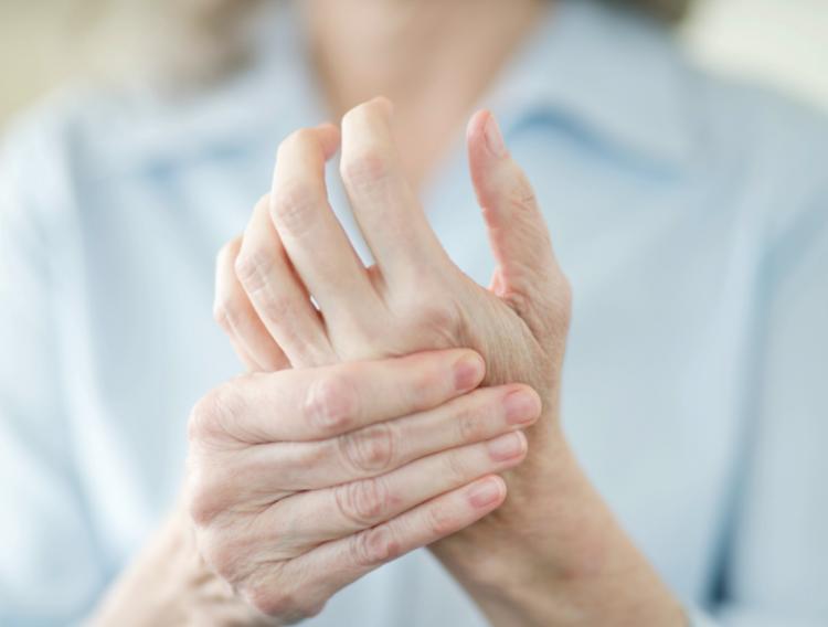 تجاعيد اليدين: الأسباب وطرق ووصفات طبيعية لعلاجها