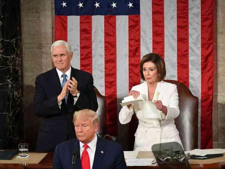 ترامب VS بيلوسي..رفض مصافحتها فمزقت خطابه في الكونجرس