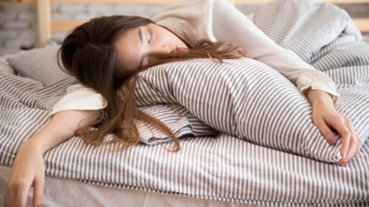 ما هي أسباب كثرة النوم وآثاره السلبية وطرق الحد منه