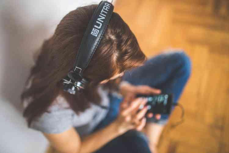 هل الكتب الصوتية مفيدة مثل القراءة؟ هذا رأي الخبراء