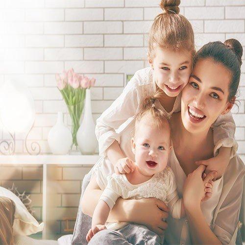 """4 قنوات على """"يوتيوب"""" تشاركك تجربة الأمومة"""